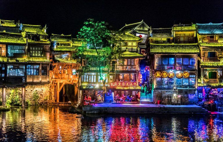 Vlog Du lịch Trung Quốc cùng HAN Phần 2: Phượng Hoàng Cổ Trấn – Trấn cổ về đêm đẹp đến nao lòng