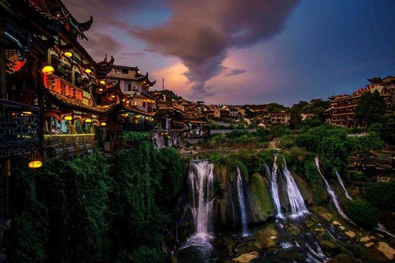 Vlog Du lịch Trung Quốc cùng HAN Phần 1: Phù Dung Cổ Trấn – Trấn cổ nghìn năm treo trên thác nước.